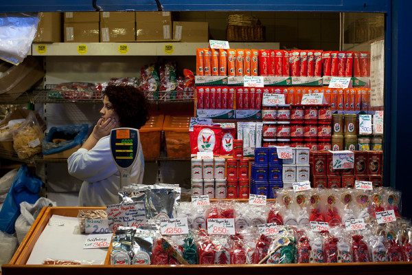 Wie scharf das Székelygulyás wird, hängt vom Paprikapulver ab, das man verwendet, etwa scharfen Rosenpaprika oder milden Delikatess. Dieser Stand in den Grosse Markthalle (Nagycsarnok) von Budapest bietet die ganze Bandbreite an. (Mai 2011)