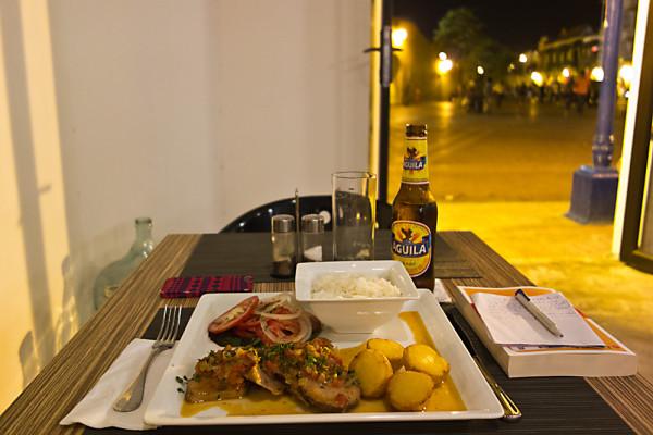 Von den Tischen des «Café de Reloj» aus überblickt man die ganze Plaza de los Coches – derweilen einem der Duft der Lengua a la Criolla in die Nase steigt. (Cartagena, Februar 2014)