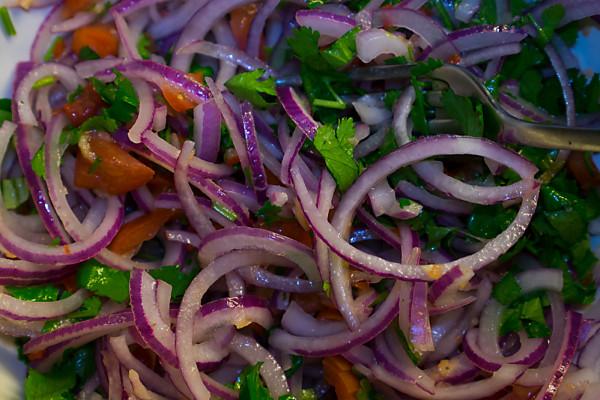 Die Salsa Criolla besteht zur Hauptsache aus Zwiebeln, etwas Tomate und Koriander. Es handelt sich um eine ungekochte Sauce, die bei Zimmertemperatur serviert wird. (Zürich, März 2014)