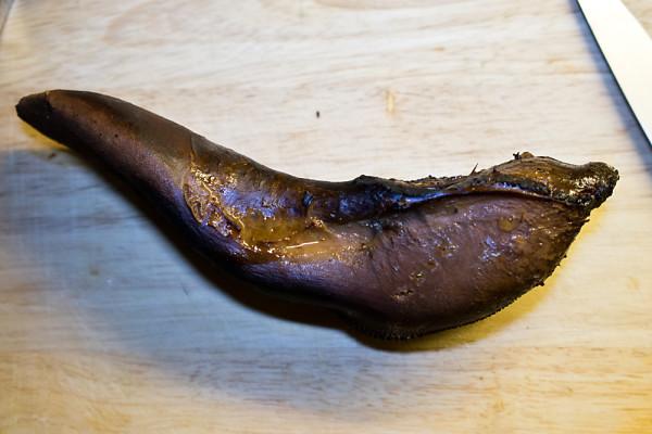 Nach dem Räuchern hat die Zunge eine feine dunkle Kruste – und ist im Innern doch immer noch feucht.
