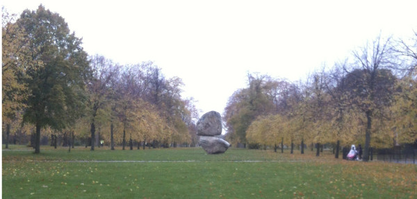 Rock on Top of Another Rock in den Kensington Gardens, London.