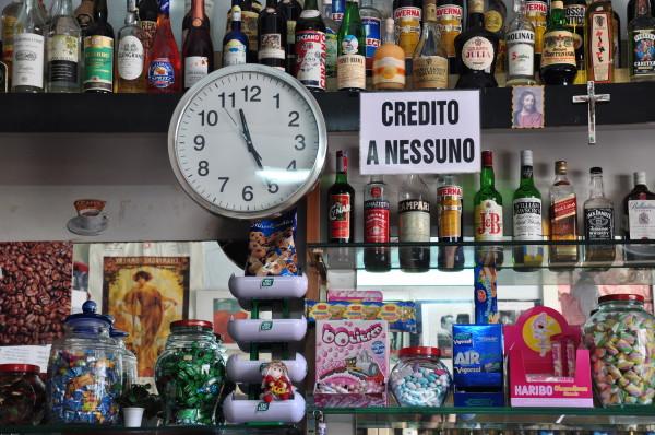 Die Finanzkrise ist in Sizilien auch in den Bars angekommen: «Credito a nessuno», «Kein Kredit für niemanden». (Bild: Corinne Buchser)