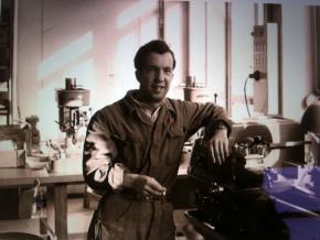 Toni Stofer (1931 - 2000) an seinem Arbeitsplatz in der Fabrik.
