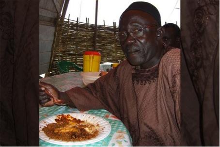 Die allererste Begegnung mit Thiéboudienne haben wir unserem Taxi-Fahrer Serigne Niang zu verdanken, der uns in der Gegend von Dakar spazieren führte – und am Mittag in einer kleinen Hütte am Rande der Strasse die Nationalspeise des Landes geniessen wollte. (Mai 2008)