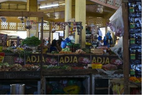 Im Unterschied zu anderen Länder Westafrikas, wo Königin «Maggi» immer noch alleine herrscht, hat sie im Senegal Konkurrenz bekommen – in erster Linie von der Firma «Adja», die auch auf diesem Markt in der Nähe des muslimischen Friedhofs an der Corniche Ouest von Dakar omnipräsent ist. (Januar 2016)
