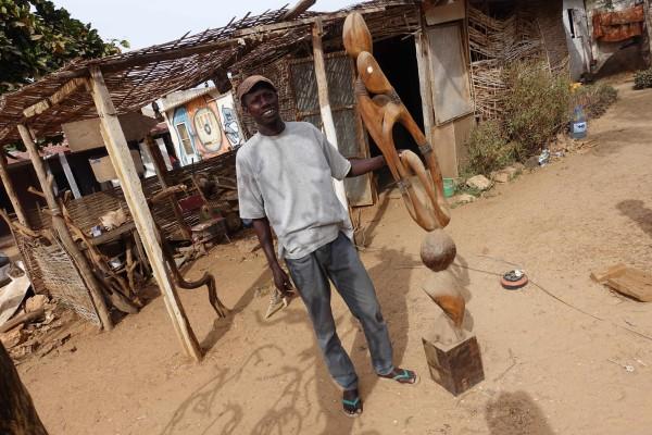 Der Skulpteur Serigne mor Gueye